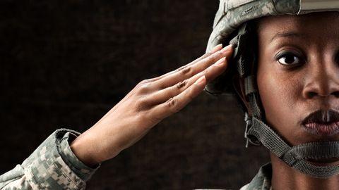 Een Amerikaanse soldaat salueert