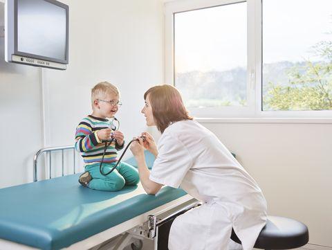 preparar a los niños para ir al médico sin miedo