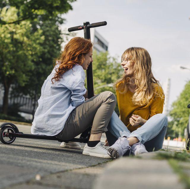 dos amigas en un patinete