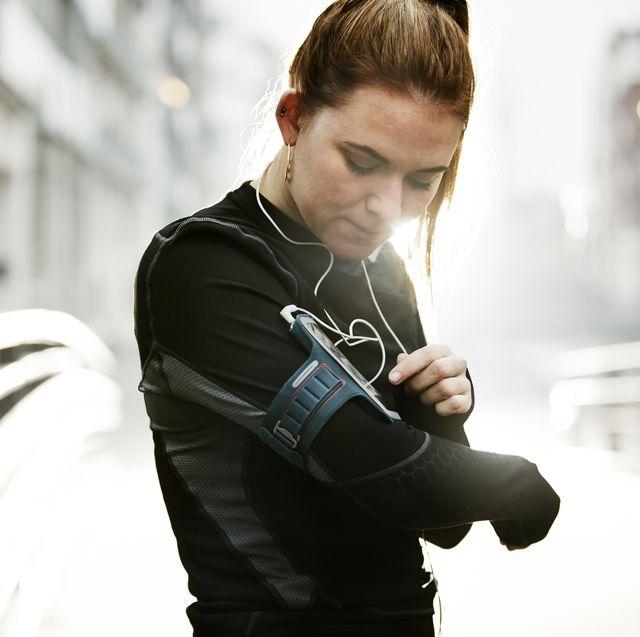 mujer corriendo con brazalete para el móvil