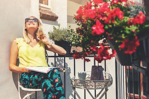 chica en un balcón