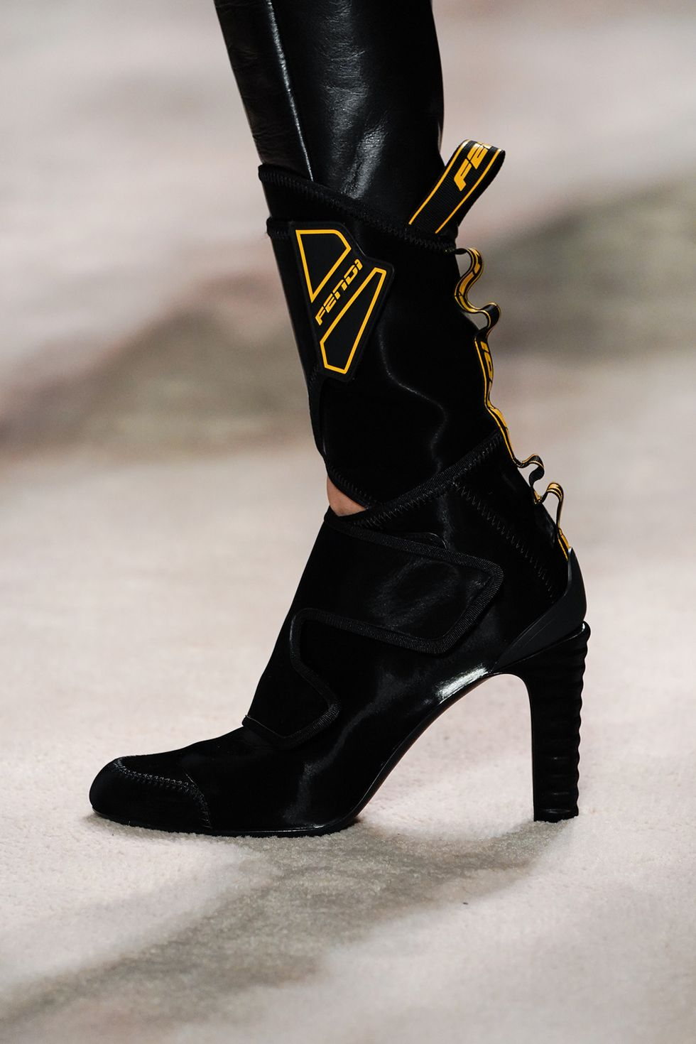 fendi-fall-2020-runway-black-boots-1582236668.jpg (980×1470)