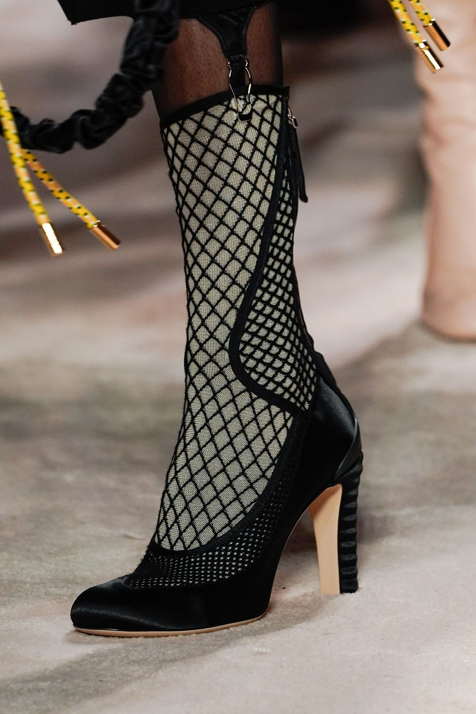 fendi-fall-2020-runway-fishnet-boot-1582236669.jpg (980×1470)