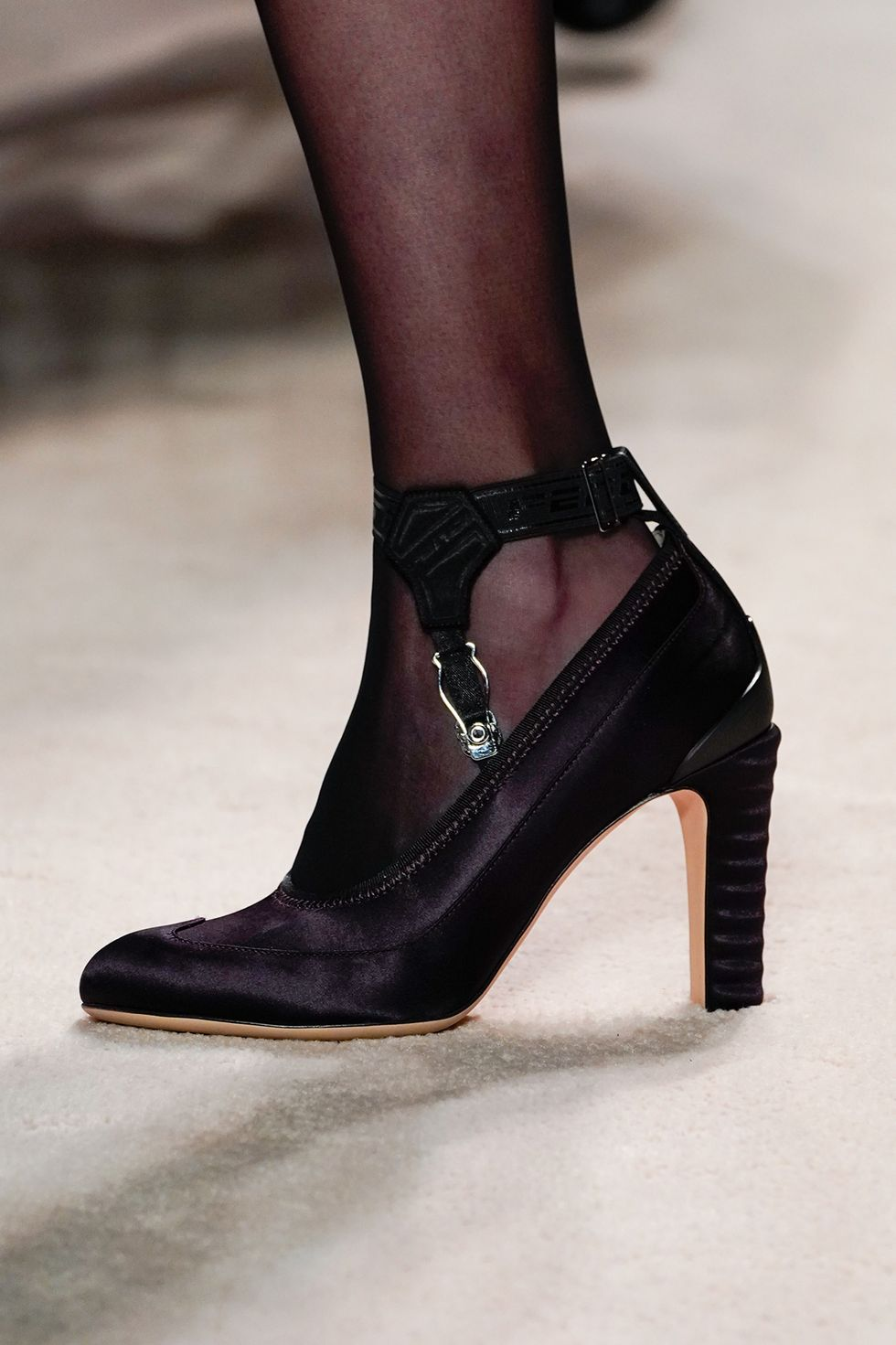 fendi-fall-2020-runway-shoes-satin-heel-1582236669.jpg (980×1471)