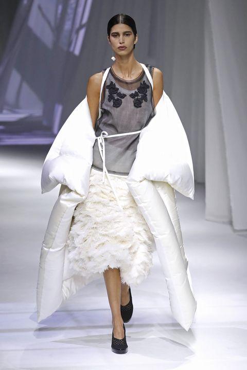 model op de catwalk bij fendi in milaan