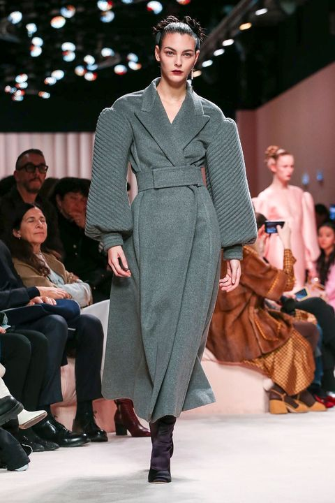 Fashion show, Fashion, Fashion model, Runway, Clothing, Event, Public event, Fashion design, Human, Outerwear,