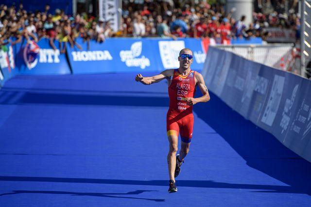 fernando alarza llega a la meta en la prueba de triatlón sprint en lausana