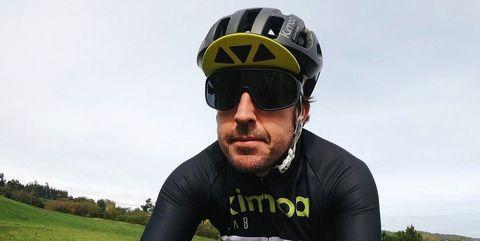 fernando alonso entrenando en bicicleta