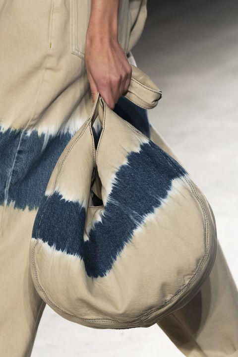 Footwear, Beige, Fashion, Arm, Leg, Joint, Hand, Shoe, Fur, Jeans,