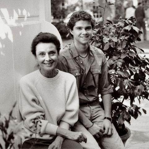 1985年、仲よしのワルド家のビバリーヒルズの家の前で。このときオードリーは56歳、ルカさんは15歳。