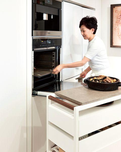 「ミーレ」のオーブンはキッチン隣の壁に収め、トロールを寄せ、その上で熱々の料理の仕上げに便利。