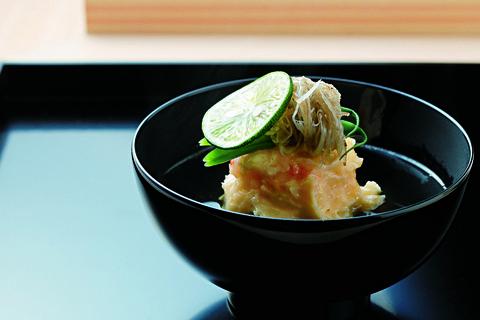 瀬戸内産しらさ海老の真薯と、いんげん、新牛蒡のお椀。日本料理 淡流
