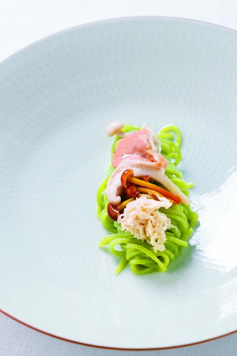「大和当帰のタリオリーニ」は個性ある数種類の国産きのこと奈良県の大和当帰の香りを合わせたクロレラ入りのタリオリーニ。@ファロ
