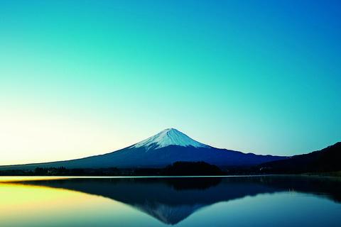 Sky, Blue, Water, Nature, Reflection, Mountain, Stratovolcano, Natural landscape, Lake, Horizon,