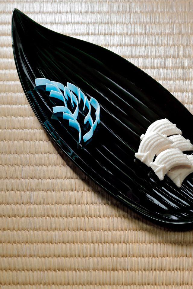 さらりと溶ける干菓子が好ましい季節。帆掛け船と波の干菓子を七夕にちなむ笹の葉盆にのせて。神戸の老舗菓子舗「つるや本舗」製。