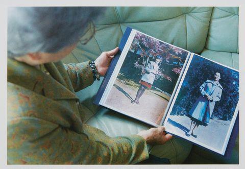 横田めぐみさんの写真を見る早紀江さん