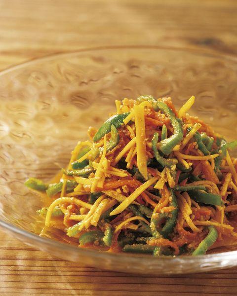 切った野菜を合わせて調理。切った野菜を 合わせて調理。 温冷料理各2品を 仕上げます