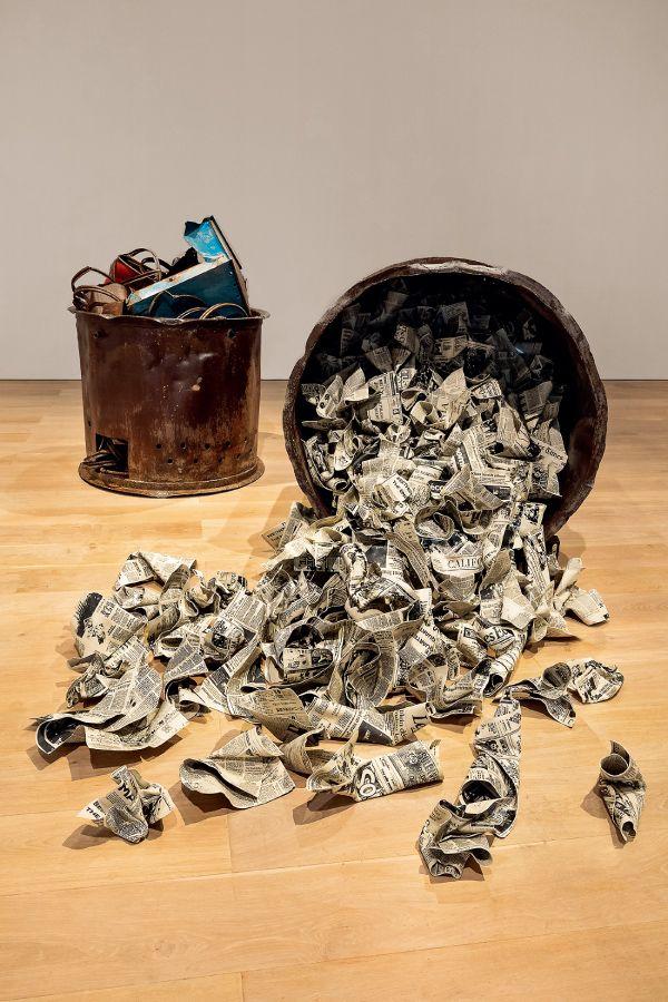 三島喜美代 《作品 21a》2021年 陶にシルクスクリーン印刷、鉄 サイズ可変 photo古川裕也 画像提供森美術館