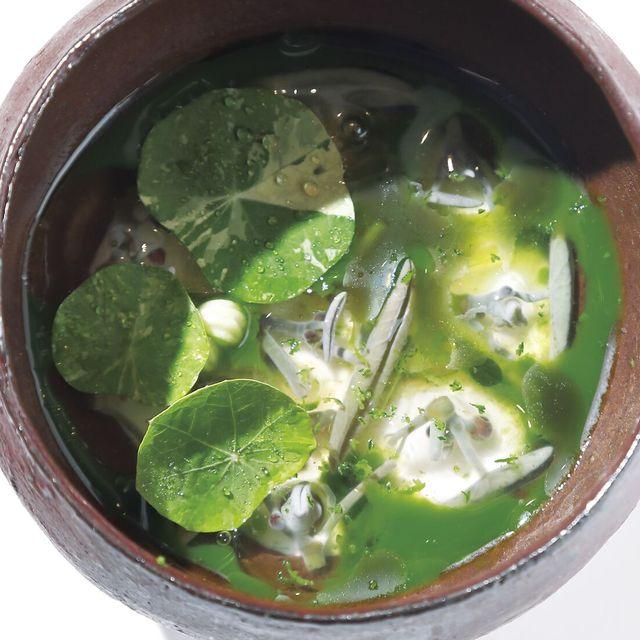 restaurant koke 生アーモンドのムースを、蓮のような丸い葉のナスタチウムのジュースとじゅんさいで