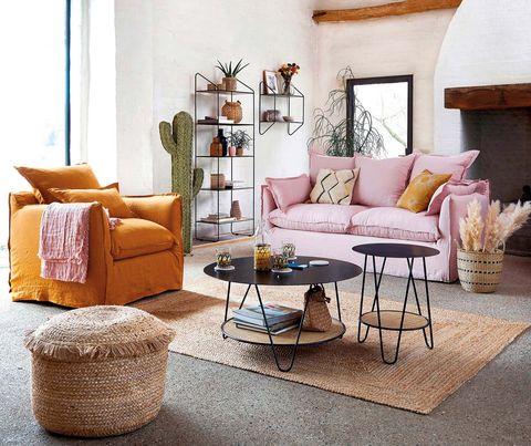 Salón en colores caldero, rosa, metal y fibras