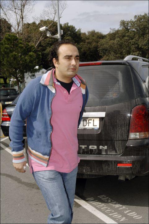 fidel albiac paseando delante de un coche
