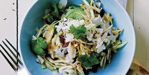 Fideos de arroz con verduras y hierbas