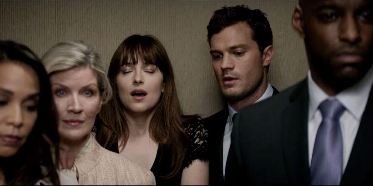 """Scen ur """"Fifty Shades Darker"""", Ana och Christian är i en hiss bakom sina grannar"""