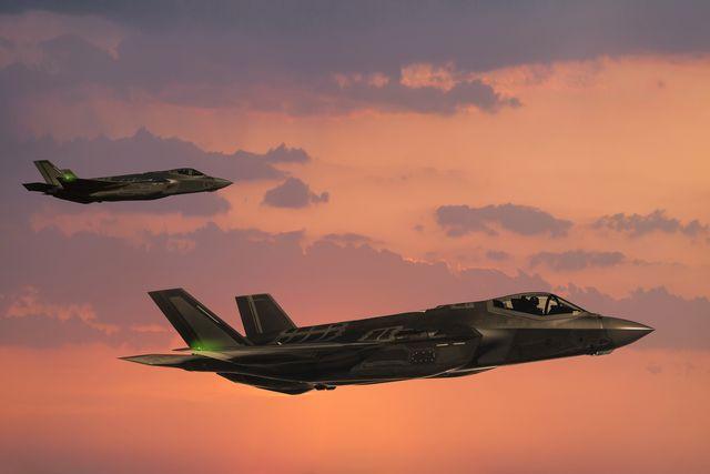 f 35 fıghter jets in flight at sunset