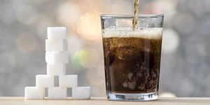 Filling a glass with cola and its equivalent in sugar cubes