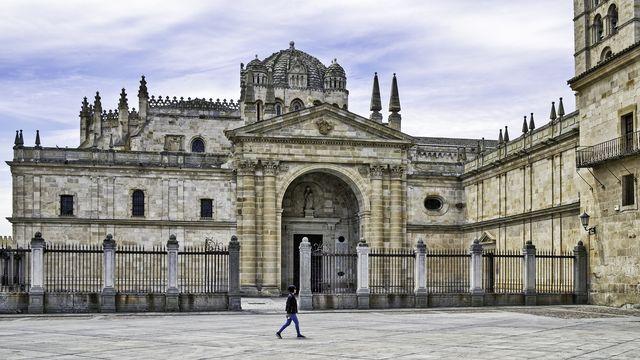 una chica pasea frente a la catedral de zamora