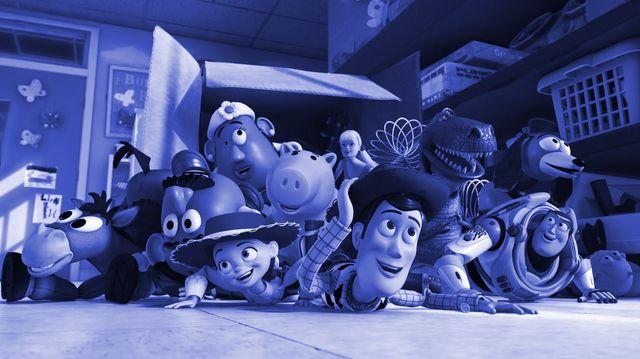 todos los personajes de la película toy story 3 en una escena de la película de animación están todos los protagonistas woody, jessie, buzz, perdigón, los potato