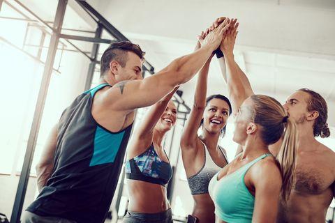 Grupo de hombres y mujeres haciendo fitness.