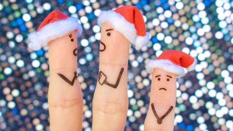 kerstmutjes op vingers, boze ouders verdrietig kind