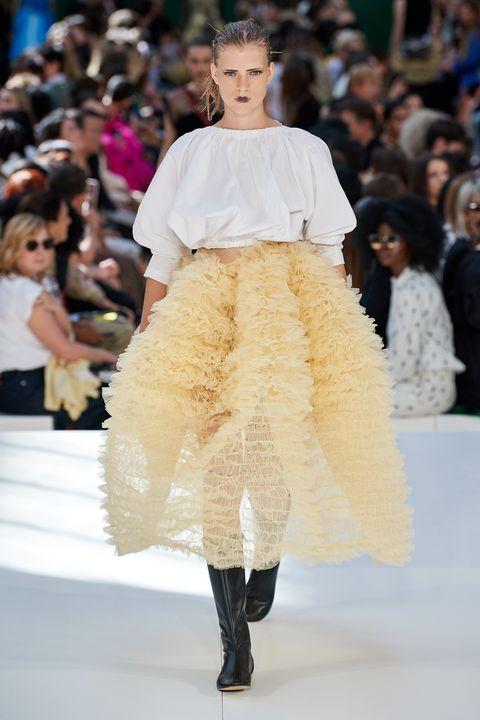 Fashion show, Fashion, Fashion model, Runway, Haute couture, Clothing, Public event, Event, Shoulder, Outerwear,
