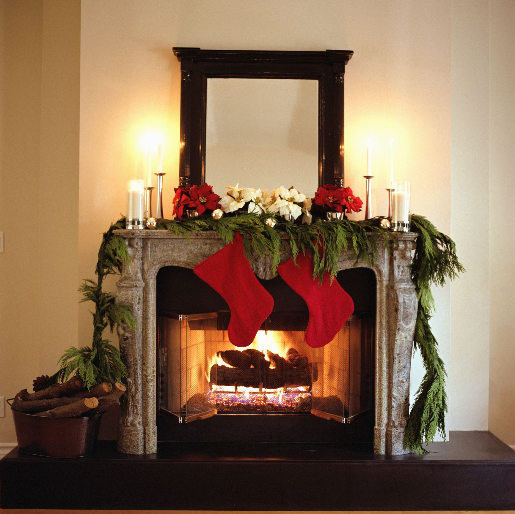 25+ Christmas Mantel Decor Ideas , Fireplace Holiday Decorations