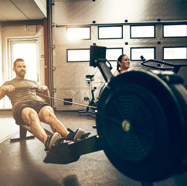 Fit jonge mensen trainen op sportschool roeimachines Beste Indoor Roeitoestellen Voor Thuis Fitness | Koop De Beste Roeitrainers Sporten in Huis