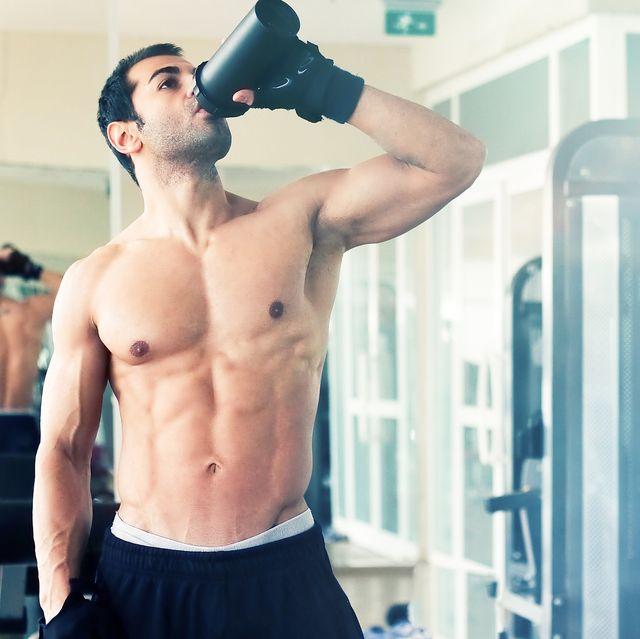 deportista bebiendo un batido en el gimnasio