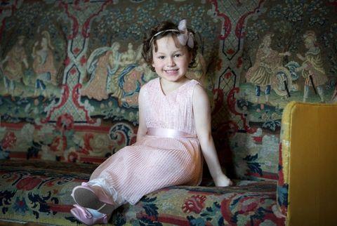 凱特王妃與小女孩一同穿上粉紅色洋裝