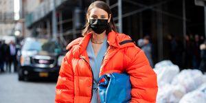 Een persoon gefotografeerd met mondkapje tijdens New York Fashion Week, ten tijde van het coronavirus