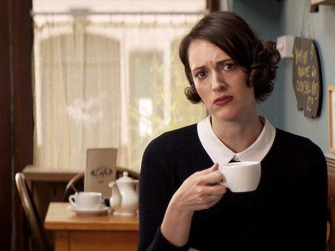 una chica sostiene una taza de café en la serie fleabag