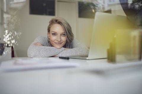 Vrouw achter haar laptop