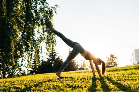 8個瑜珈「下犬式」進階變化式!幫助開胸、矯正駝背,讓體態瘦得更漂亮