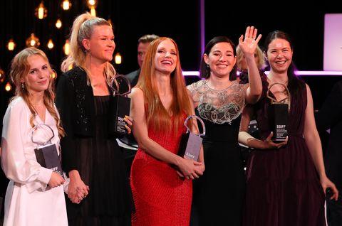 ceremonia de clausura del festival de san sebastián 2021 con todas las ganadoras
