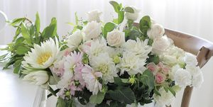 Decorar con flores: Cubo de cinc con flores blancas