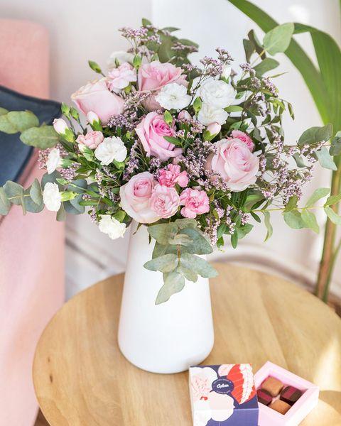 ramo de flores rosas con bombones