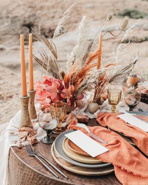 flores y mesa decorada para una cita romántica