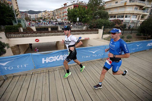 dos corredores participan en el ironman de barcelona 2019