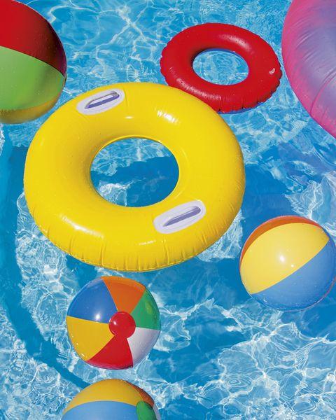 flotadores y pelotas en la piscina