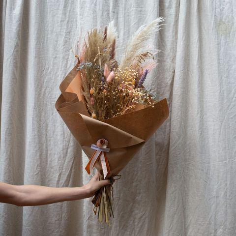 flowers  powers the hip and happening droogbloemen boeket