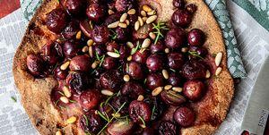 Focaccia de uvas rojas y piñones